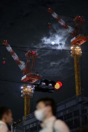 Tokyo – full moon in Shinjuku