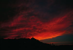 Locals say the sky gives hints several hours before a mistral begins to blow. The sky may glow red at sunset. Wispy clouds turn from golden to pink to gray. The faster they turn gray, the stronger the wind will be. 8 August 1998, Crillon-le-Brave, France