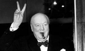 温斯顿丘吉尔爵士给出了他熟悉的V标志