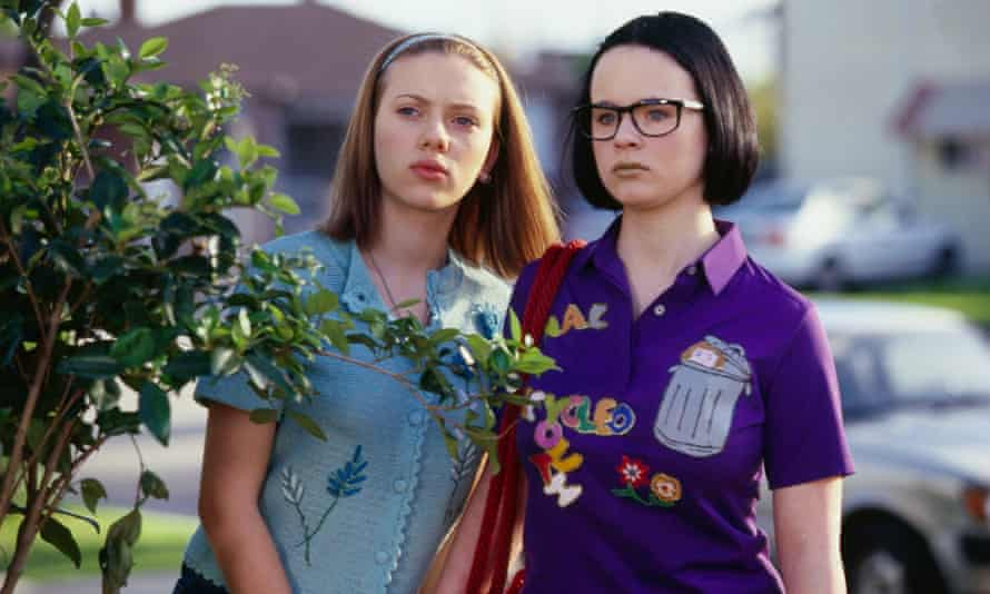 Scarlett Johansson and Thora Birch in Ghost World, a film made in the details.