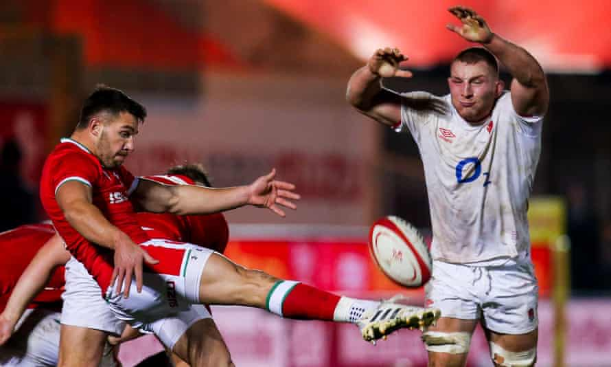 Sam Underhill attempts to charge down a kick by Rhys Webb