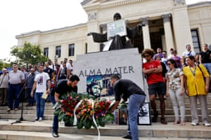 Cuban students lay floral tributes