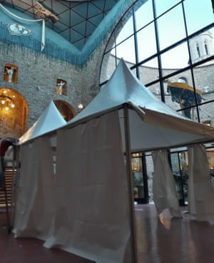 A tent at the Dalí Theatre-Museum concealing the tomb of Salvador Dalí during the reburial.