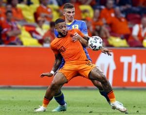 Netherland's Memphis Depay shields the ball from Ukraine's Illya Zabarnyi.