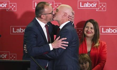 Andrew Barr (à gauche) embrasse son partenaire Anthony Toms alors qu'il prononce son discours de victoire électorale d'ACT samedi soir.