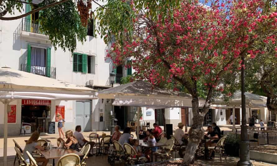 Ibiza ciudad el 11 de julio.  Los turistas británicos regresaron a las islas de España y Baleares cuando las restricciones de viaje se relajaron a principios de este mes.