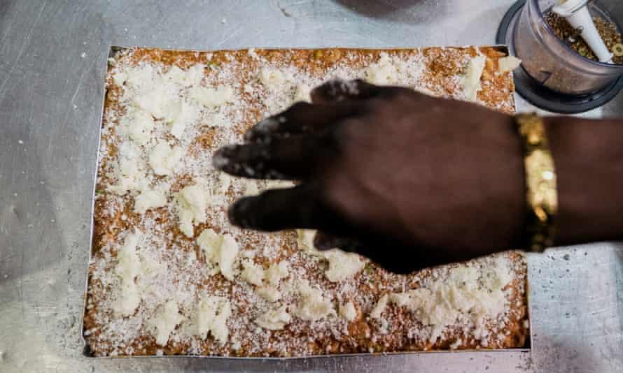 Preparing lasagne, Moltivolti-style.