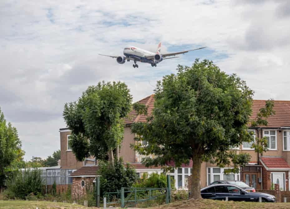 A British Airways Boeing 787 descending to land at Heathrow.
