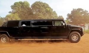 Yayah Jammeh在他的悍马。