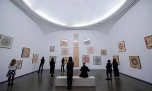 Les gens visitent une exposition Emma Kunz à la Serpentine Gallery plus tôt cette année.