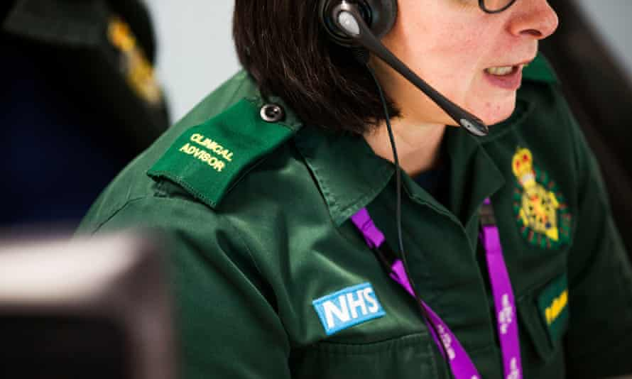 A 999 operator at work in the integrated crisis hub.