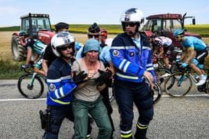Gendarmes arrest a protesting farmer