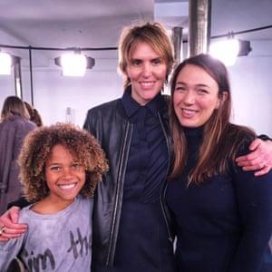 Kelsey Juliana (phải), nhà thiết kế Gabriela Hearst (giữa) và nguyên đơn đồng hương Kelsey, Levi Draheim (trái)