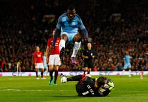 Manchester City's Kelechi Iheanacho is beaten to the ball by Manchester United's David De Gea.