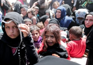 Syrian refugees wait to cross the border at Akçakale