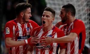 Atlético Madrid's Kevin Gameiro celebrates scoring alongside Saul Niguez and Koke.