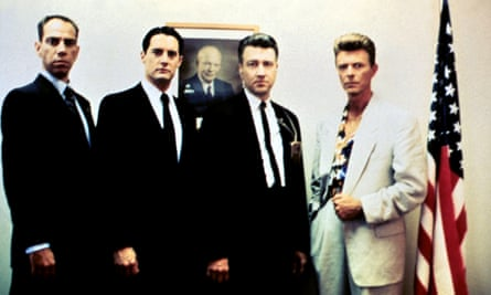 Miguel Ferrer, Kyle Maclachlan, David Lynch and David Bowie on the set of Twin Peaks: Fire Walk With Me (1992).