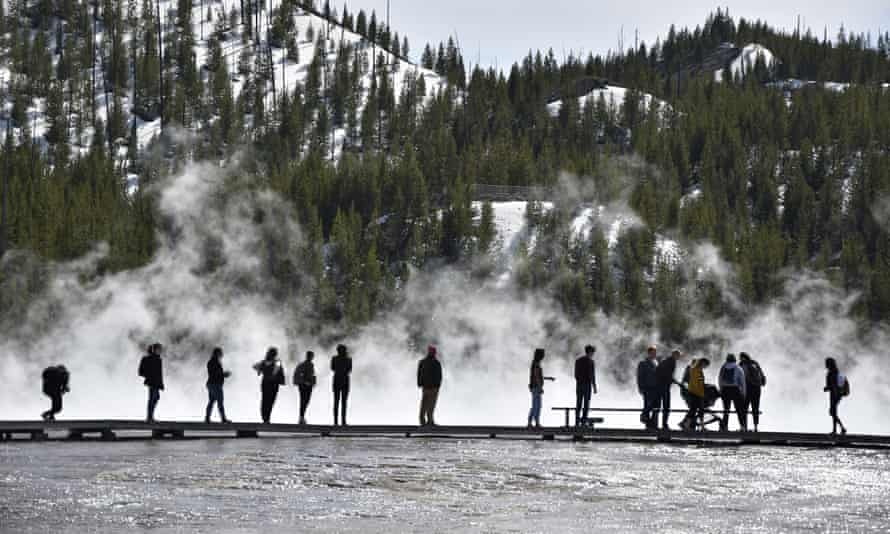 Visitantes en Grand Prismatic Spring en Yellowstone, Wyoming, el 1 de mayo de 2021.
