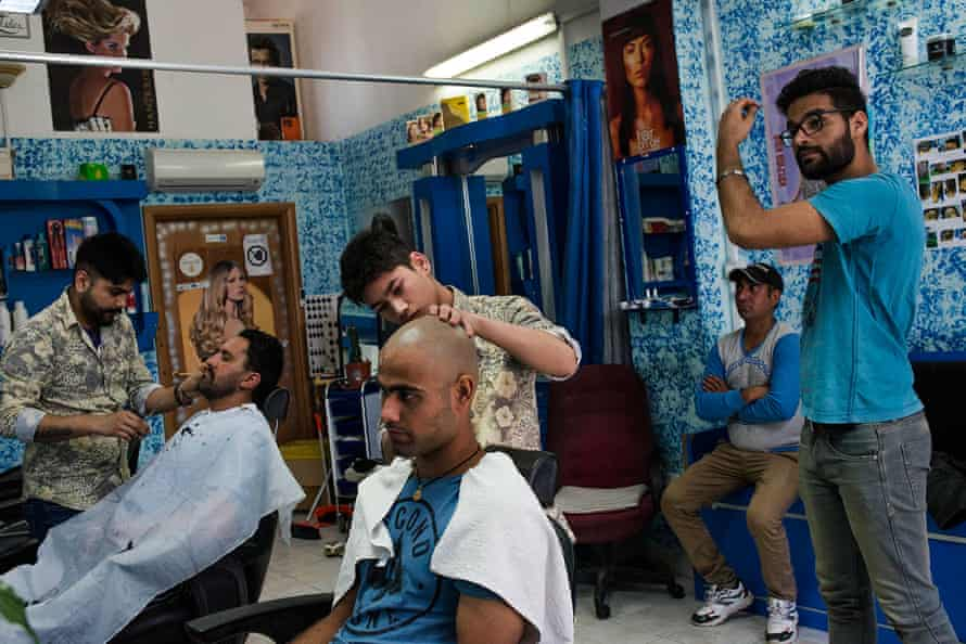 Keshav cuts Charanjeet's hair. In the Sikh community, barbers have a peculiar role. According to the religion, the hair should never be cut and the head should be kept covered to respect God.