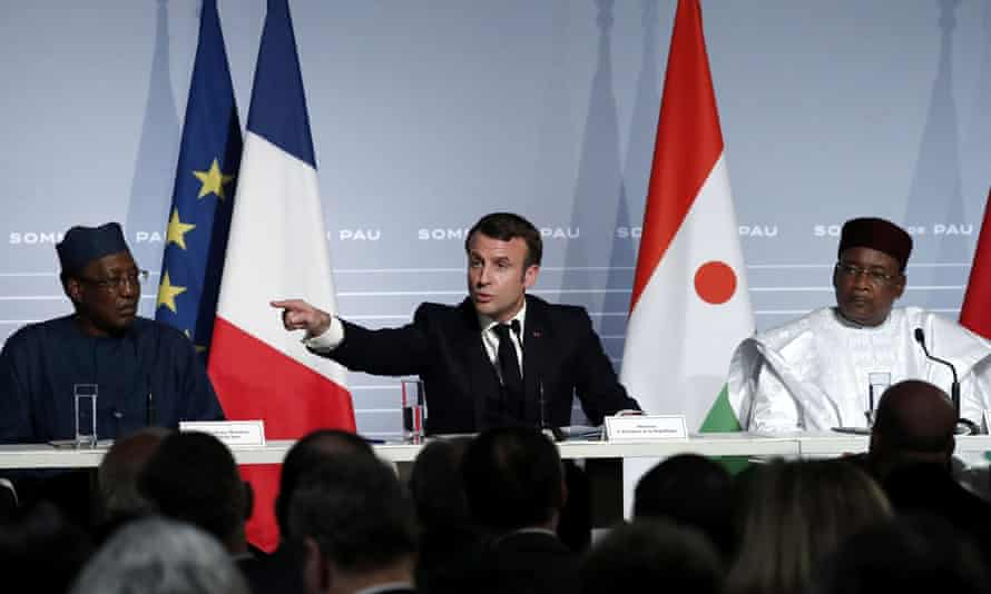 Emmanuel Macron, centre, with Niger's president Mahamadou Issoufou, right, and Chad's president Idriss Déby, left, at a summit on the Sahel, in Pau, France, in January 2020.