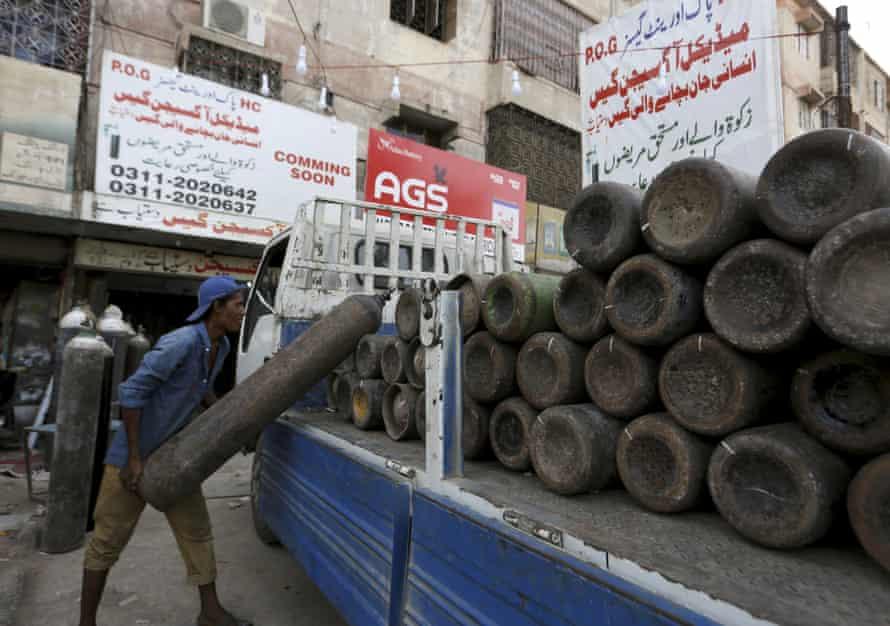 Un camión cargado con cilindros de oxígeno para abastecer a los hospitales privados de Karachi