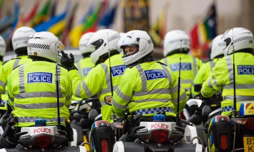 Metropolitan police officers will be disguised as takeaway delivery drivers to tackle moped crime.