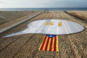 An pro-independence Catalan flag beside a banner reading 'SI'(Yes) on El Masnou beach, near the city during an action called by ANC (Catalan National Assembly) to support a referendum on independence in Catalonia