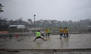 Play continues as a tropical storm batters down at the Mesetas camp.