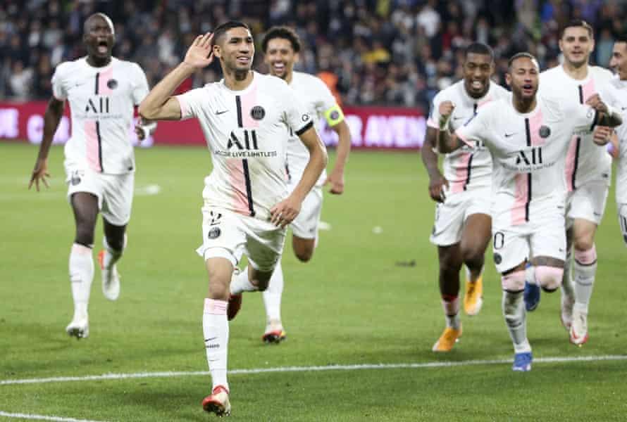 Achraf Hakimi celebrates after scoring PSG's late winner against Metz.