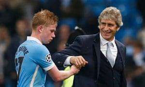 Manchester City's Kevin De Bruyne celebrates with manager Manuel Pellegrini.