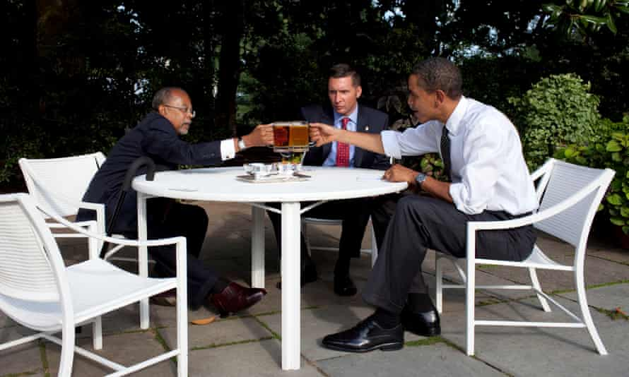 Henry Louis Gates, Sgt James Crowley and Barack Obama drink beer in the White House garden, July 2009