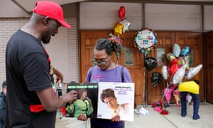 Mourners look at Aretha Franklin albums outside the New Bethel Baptist church on 16 August.