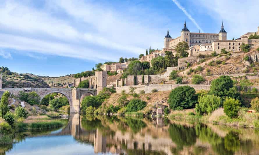 View on Puente de Alcantara and Alcazar de Toledo from side of Tagus river, Toledo, SpainFDX5YA View on Puente de Alcantara and Alcazar de Toledo from side of Tagus river, Toledo, Spain