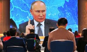 Vladimir Putin berbicara melalui panggilan video selama konferensi pers di Moskow