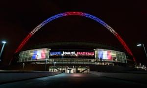 温布利球场上点缀着法国国旗的颜色,以展示巴黎袭击受害者的团结。