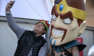 A fan taking a selfie with a cosplayer dressed as Draven