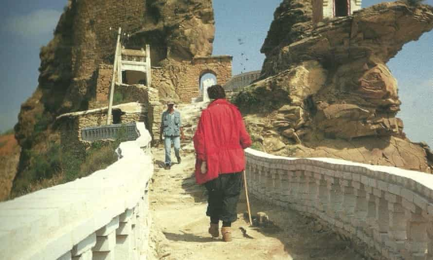 Ulay and Marina approach each other at the end of their trek.