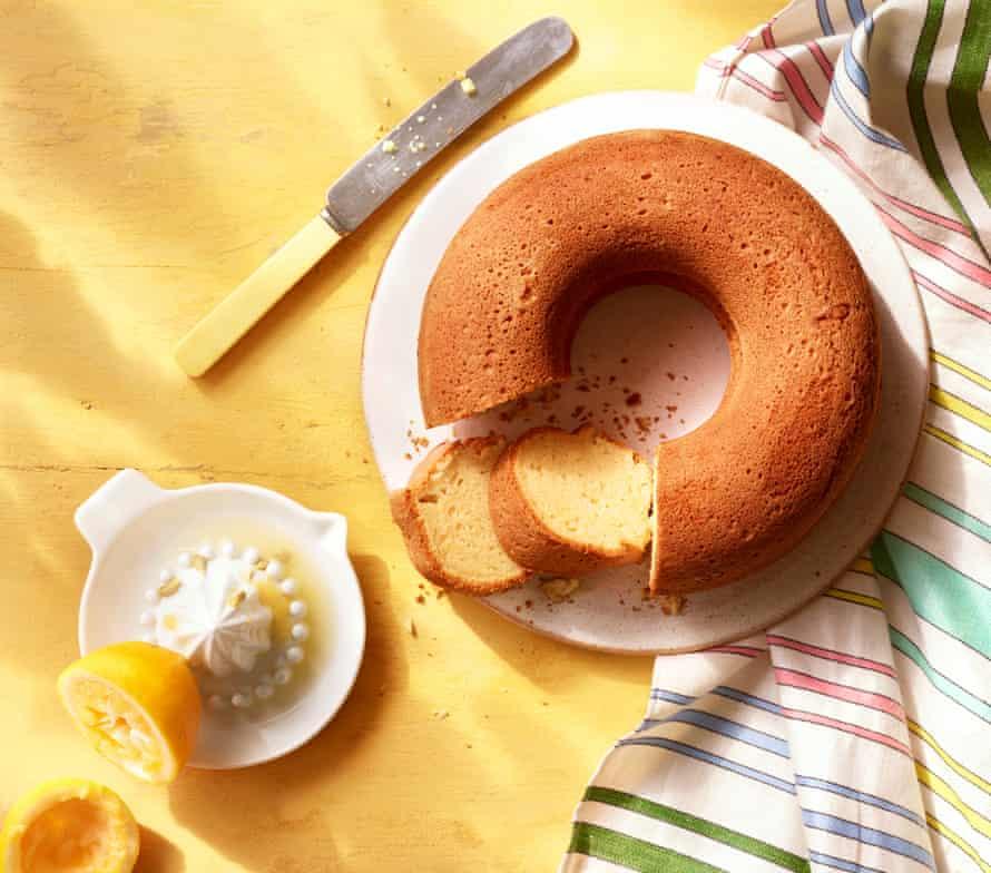 Ricotta and lemon ring cake.