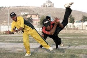 2004年,阿富汗男孩在Chaman-i-Hazoori打板球。