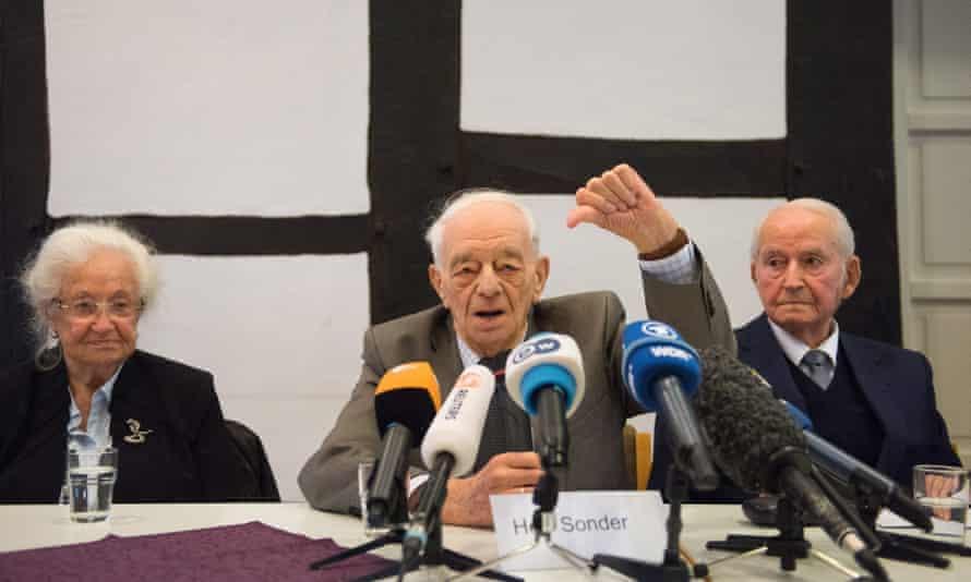 Auschwitz survivors Erna de Vries, Justin Sonder and Leon Schwarzbaum at a press conference in Detmold on Wednesday.
