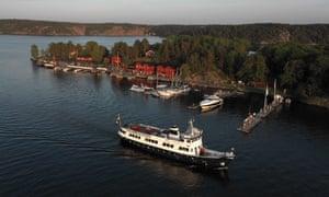 A ferry approaching Fjäderholmarna island