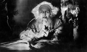 Swedish actor Gosta Ekman (1890 - 1938) plays the titular doctor in the film 'Faust', a silent classic
