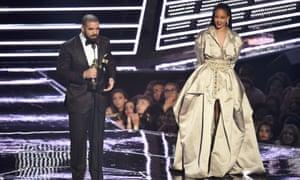 Drake presents Rihanna with the The Video Vanguard Award