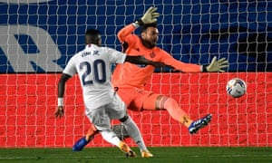 Vinicius Júnior scores the only goal of the game by placing the ball to the goalkeeper's left as Real Madrid beat Real Valladolid 1-0.
