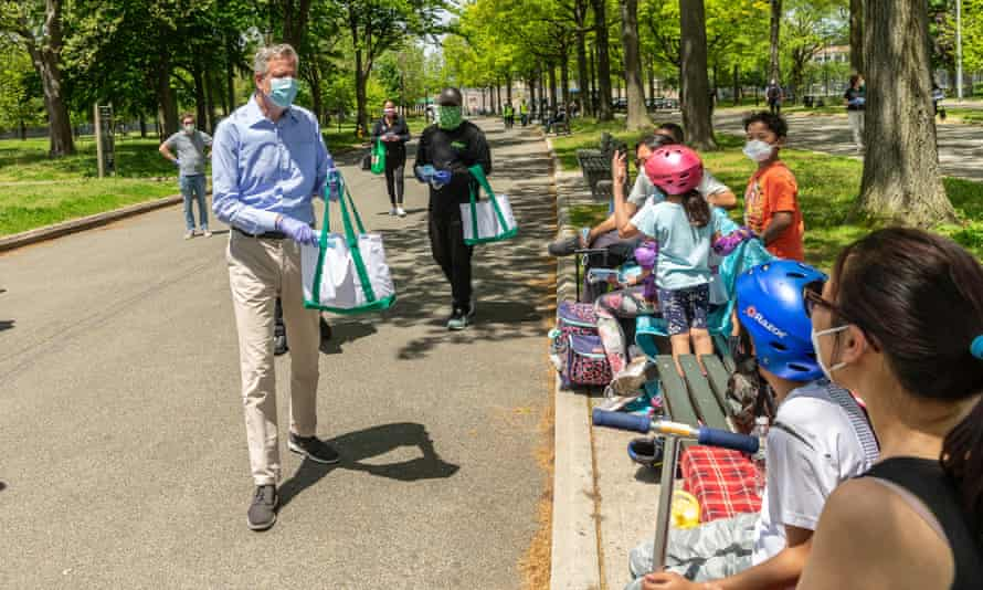 New York City mayor Bill de Blasio distributes face masks at Flushing Meadows Corona Park in the Queens on Saturday.