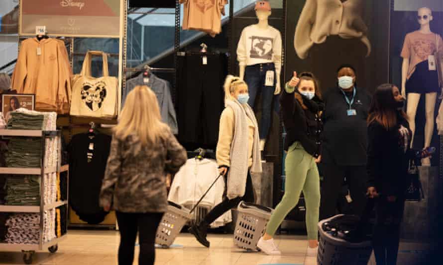 مردم صبح زود در خیابان آکسفورد ، مرکز لندن خرید می کنند.