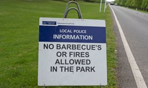 A redundant apostrophe on a police sign