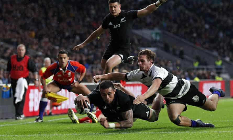 New Zealand's flanker Vaea Fifita dives over to score their second try during the international against Barbarians at Twickenham on November 4, 2017.
