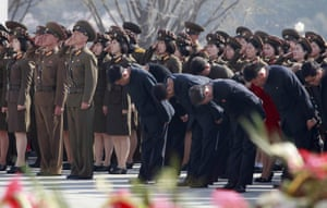 Soldiers and officials pay tribute to the statues