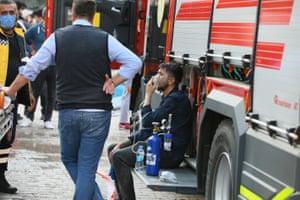 A survivor is given oxygen in İzmir